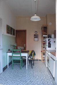 Blick in die Küche mit Sofa