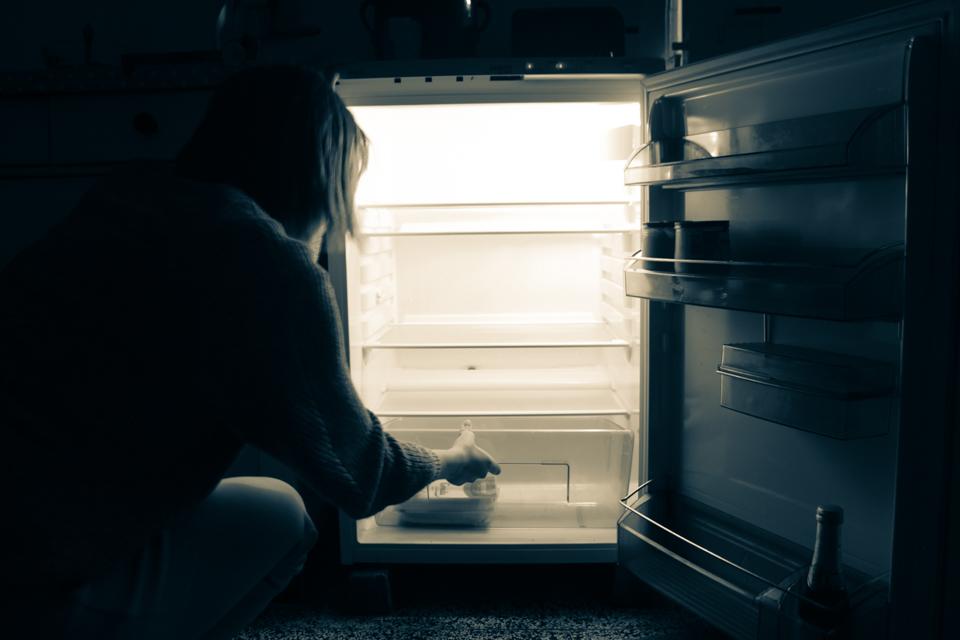 Astrid am Kühlschrank