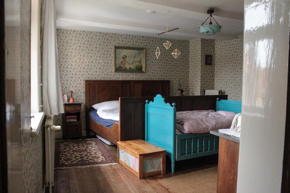 Gästezimmer mit Doppelbett und Kinderbett