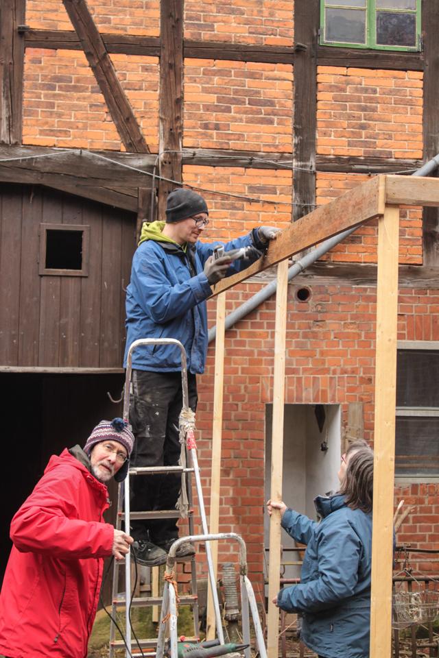 Beim Hühnerstallbauen auf der Leiter