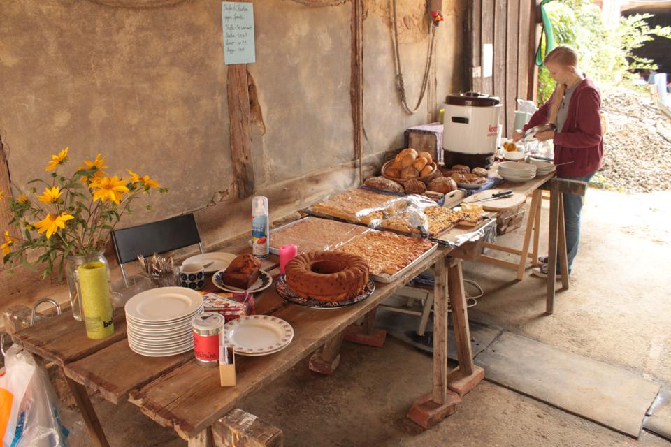 In unserer Durchfahrt stehen Kuchen und Suppe auf einem langen Tisch.