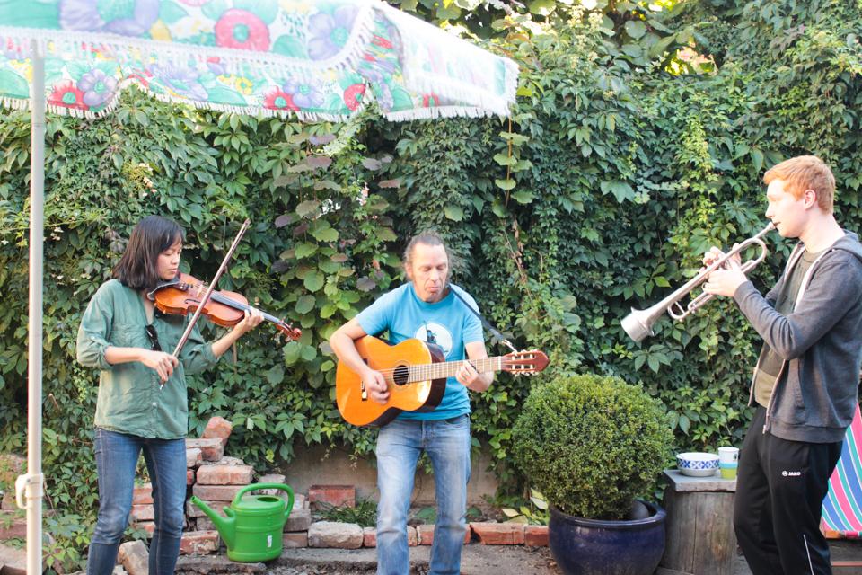 Eine Geigerin, ein Gitarrist und ein Trompeter.