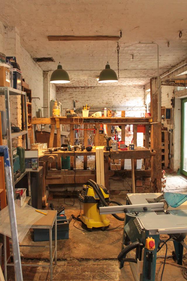 Eine alte Werkbank und ein wildes Durcheinander an Werkzeug.